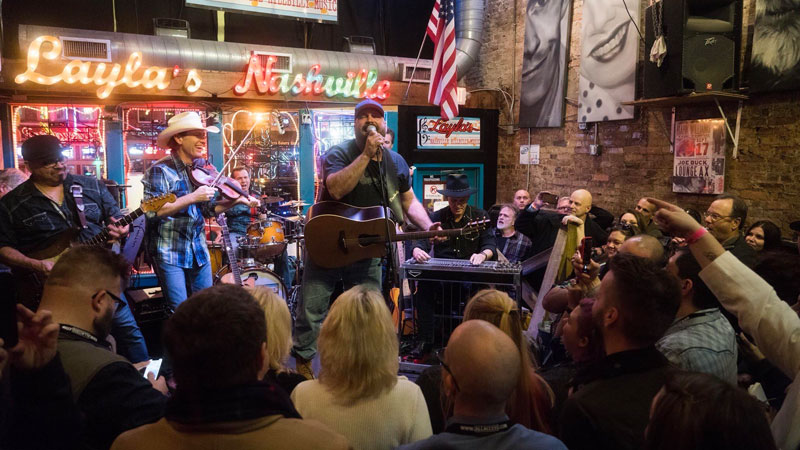 Garth electrifies in surprise performance at Nashville bar
